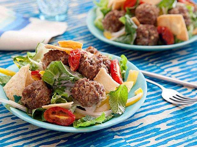 4. Arkadaşlar köfteli salataya, salatalı köfte diyelim olsun bitsin!