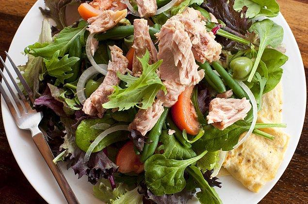 7. Kim demiş ton balıklı salata kuru kuru olur diye?