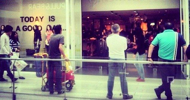 14. Sevgilinin içeriden çıkmasını umutsuzca beklediğin mağaza önü.