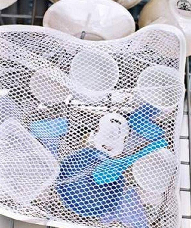 10. Çok küçük eşyaları bulaşık makinesinde tutmak için fileli çamaşır sepeti işinizi görecektir.