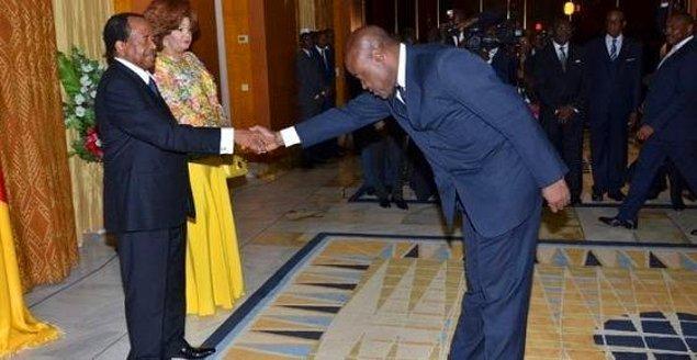 Cumhurbaşkanı Biya ve Spor Bakanı Mpkatt'ın selamlaşması