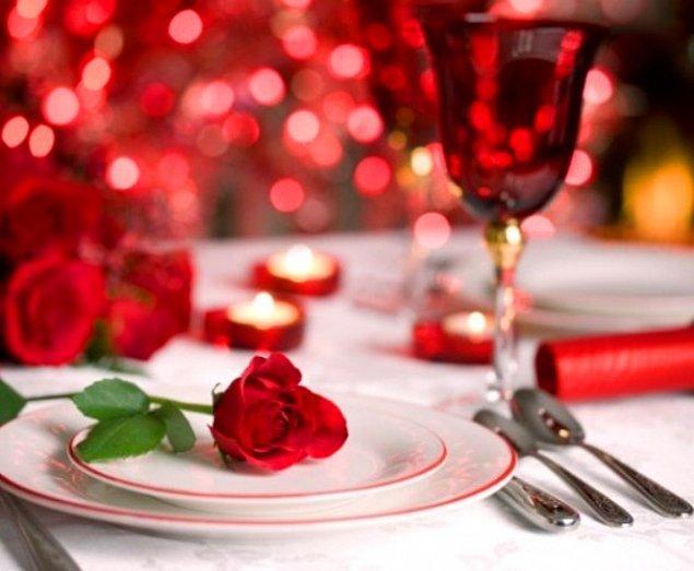 15. Masayı güllerle donatın