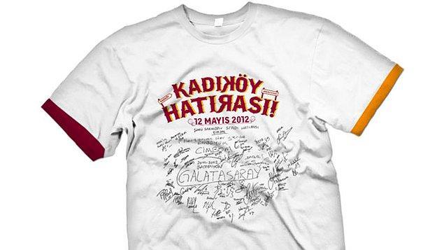 6. Galatasaray'ın Kadıköy'de şampiyonluk yaşadığı 12 Mayıs 2012'de futbolcuların soyunma odasında tahtaya bıraktığı hatıra tişört oldu.