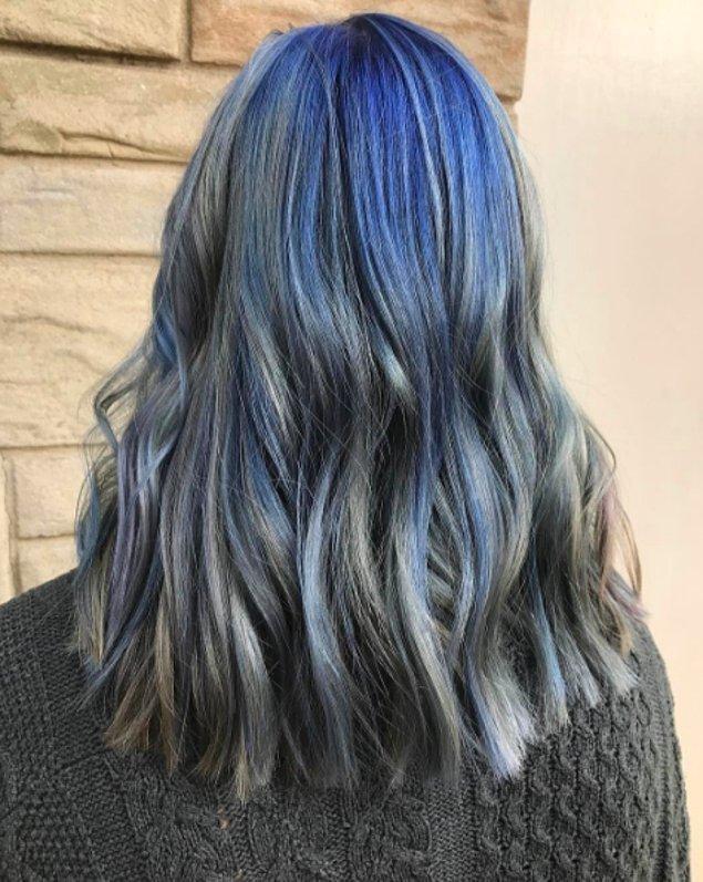 3. Bu görünüme sahip olmak yalnızca saçınızı maviye boyamaktan çok daha fazlasını gerektiriyor. Saçınıza yarı eskimiş kot görünümü de verilmesi gerekiyor.