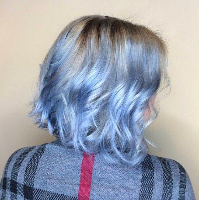"""10. Ve gördüğünüz gibi, belirli bir mavi tonu kendini farklı formlarda da yansıtabiliyor. Mesela """"gümüş kot mavisi"""" seçtiğiniz zaman saçınıza hafif bir gümüş canlılığı katabilirsiniz."""
