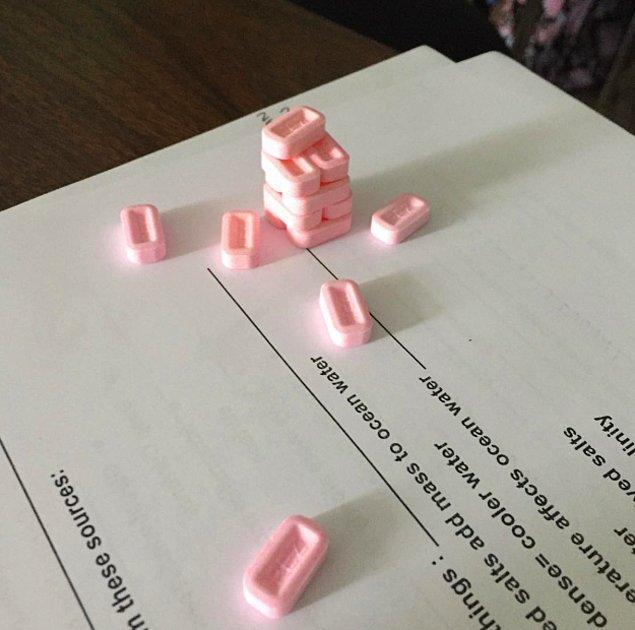 11. Ders anlatırken öğrencilerinin pez şekerleriyle jenga oynadığını görürler.
