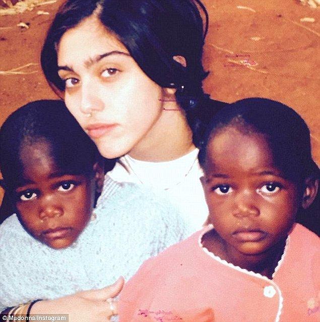 En büyük kızı 20 yaşındaki Lourdes'in bileğinde kardeşinin ismi olan 'Mercy' dövmesi var, mahkemeye göre bu güçlü bir kardeşlik bağı göstergesi.