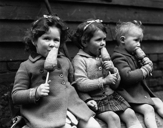 Görselde gördüğünüz küçük arkadaşlar, dönemin popüler yiyeceklerinden biri olan çubuk havuçtan birer ısırık alıyorlar.