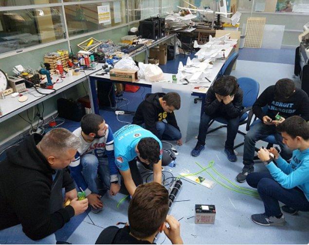 Bahçeşehir Fen ve Teknoloji Lisesi FRC Robotik Takımı, yavru köpek 'Kuyu' için robotik bir kol tasarlamış ve kurtarma çalışmalarına katılmıştı.