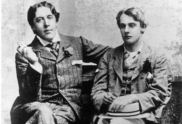 Lord Alfred'in endişeli babası Oscar'ı taciz etmeye başladı, 'The Importance of Being Earnest'in prömiyerinde onu sebzelerle taşlamak gibi.