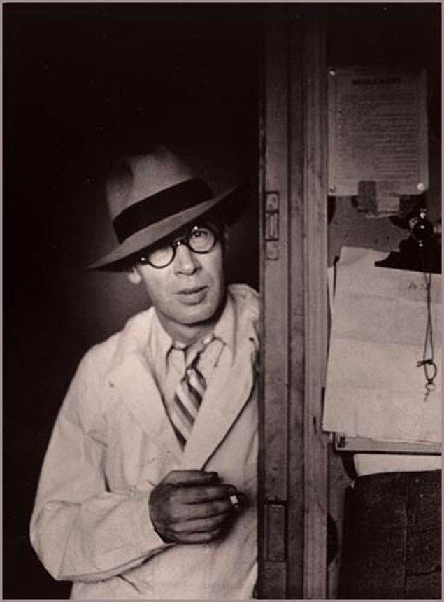 1934'te parasını Henry'nin yayımlanan ilk kitabı 'Tropic of Cancer'a yatırdı. Roman Amerika'da müstehcenlikten yasaklandı, sonra da modern bir klasik oldu.