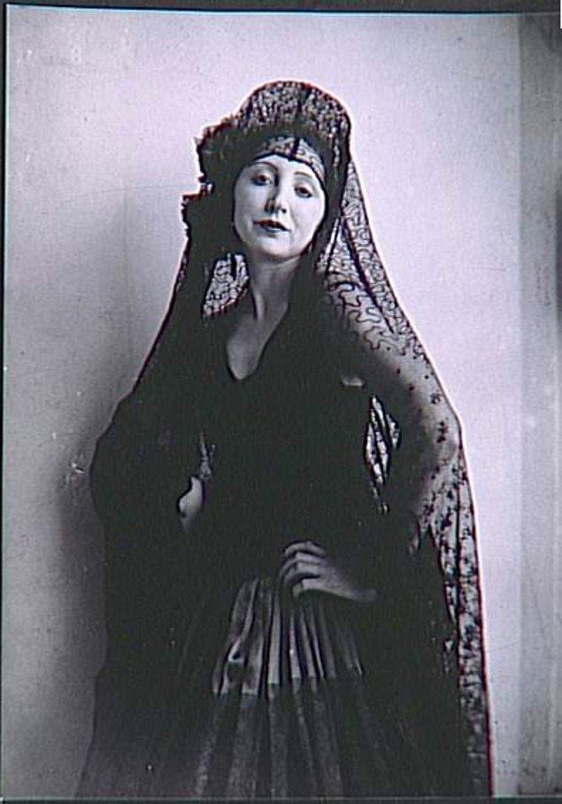 Anaïs, Henry Miller ile 1932 yılında bir öğle yemeğinde tanıştı. Miller o zamanlar beş parasız 40 yaşında bir adamdı.