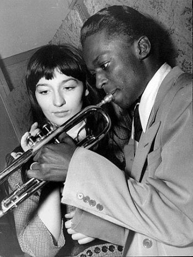 Genç şarkıcı ve oyuncu Miles Davis ile tanıştığında, Jean-Paul Sartre için zaten neşe kaynağıydı ve yazar Boris Vian'ın yakın arkadaşıydı.