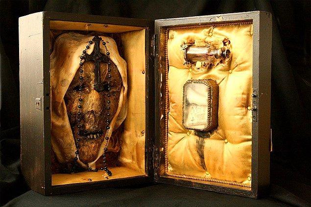 5. 1942 yılında bir çocuğu canice öldüren ve kanını içen rahibe Maria Rosenthal'ın mumyalanmış bedeninden geriye kalan parçalar