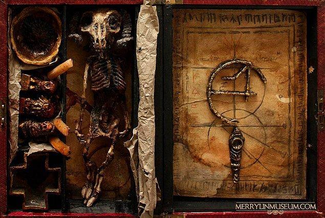 19. Ve son olarak, elde edilen bu iskeletlerle alakalı sırların saklı olduğu bir okült, cadılık ve büyü kitabı