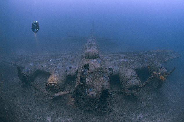 4. İkinci Dünya Savaşı'nda Hırvatistan'daki bir adanın yakınlarına çakılan bombardıman uçağının enkazı.