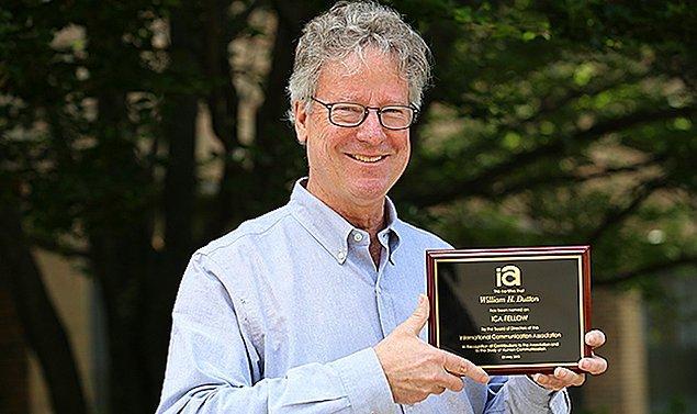 Michigan Eyalet Üniversitesi'nden William Dutton, modern insanın interneti hava ve su gibi verili kabul ettiğini belirtiyor.