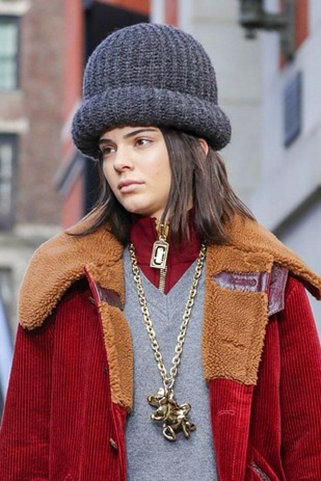 Kendall Jenner New York Moda Haftası'nda Marc Jacobs defilesinde yürüdü. Kendisi kusursuz görünürken şapkası farklı bir boyuttaydı.