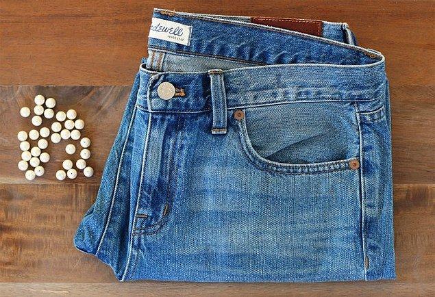 İhtiyacınız olan düz bir kot pantolon, istediğiniz boyutta delikli inciler, iğne, beyaz iplik, ve tükenmez kalem.