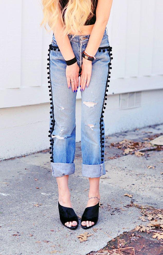 Genelde kenar süsü olarak kullanılan ponponları da tam şerit olarak ya da cep kenarlarına dikebilirsiniz.
