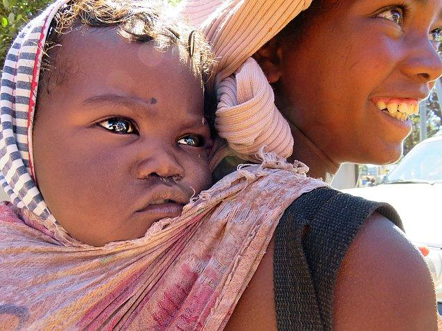 Bonus-2: Şu Madagaskarlı bebeğin gözlerine baksanıza..