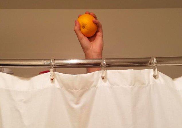 İnternetin tenha köşelerinde ortaya çıkan, devrim niteliğinde bir trendden bahsedeceğiz: Duşta portakal yemek! 🍊🚿