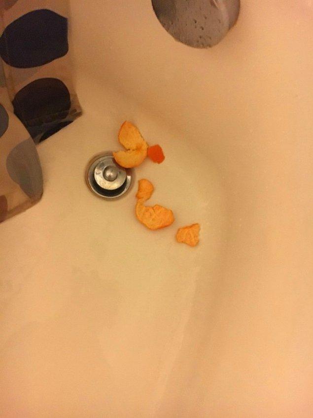 Söylediklerine bakılırsa sıcacık duş alırken buz gibi bir portakalı fütursuzca yemenin müptelası olmuş kendisi.😂