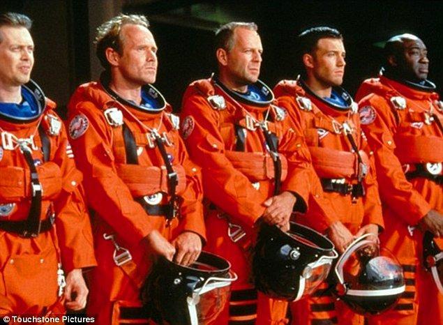 9. Yapımcılar John Coffey rolünü oynayabilecek doğru aktörü bulmakta zorlanınca imdatlarına Bruce Willis yetişti.
