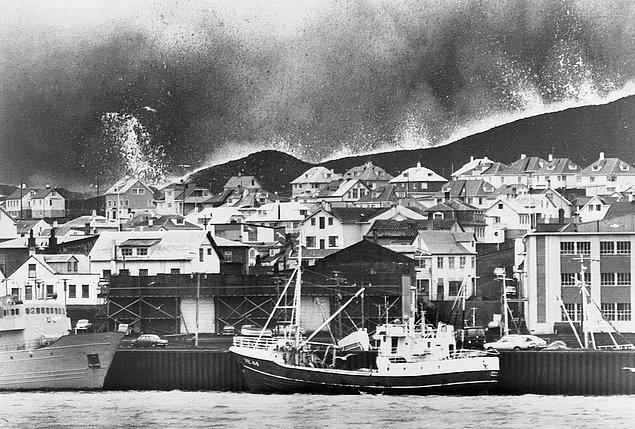 5. Şimdiki fotoğraf da 25 Ocak 1973 yılından, yani patlamadan iki gün sonra. Kızgın lavlar ada limanına doğru harekete geçmiş.