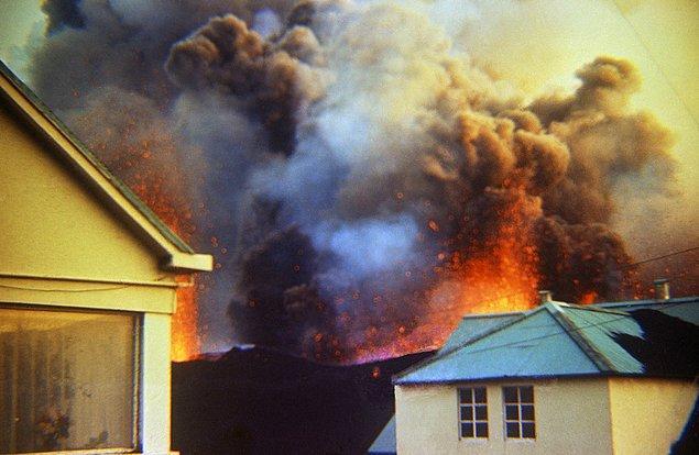 11. Patlamanın ilk günlerinde; dağdan şiddetli bir şekilde püsküren lavlar, adadaki evlerin hemen hemen tamamına zarar vermiştir.