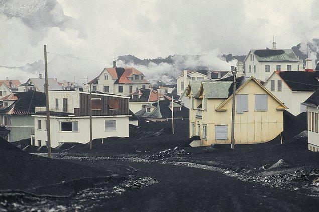 13. Püskürmenin ertesinde adadaki evlerin büyük bir tahribat gördüğü belli oluyor.