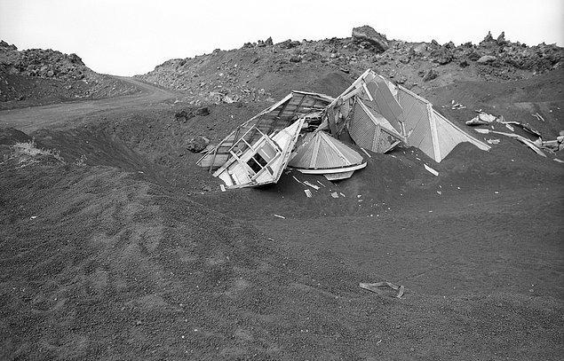 17. Bu fotoğrafımız da 24 Haziran 1974 tarihinden. Küller altında kalan yıkılmış bir yapı.