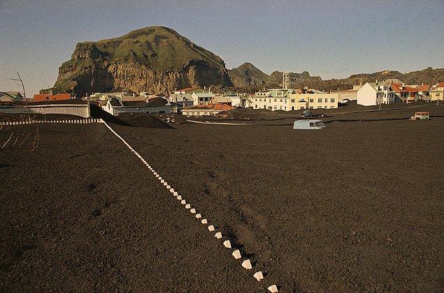 19. Yollar, arabalar ve binalar. Hepsi soğumuş lavların altında kalmış ve adada hayat neredeyse yok.