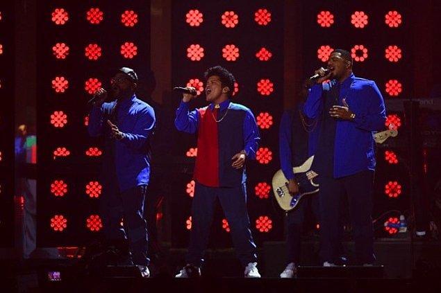 2. Bruno Mars'ın gömleği Twitter'da farklı benzetmelere konu oldu.