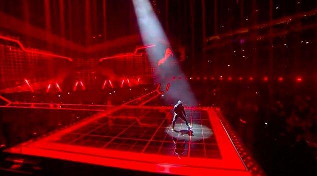 """7. Gecede Skepta'nın sahne aldığı sırada ITV şarkının """"Ring Ring Pussy"""" kısmında her defasında mikrofonu kapattı."""