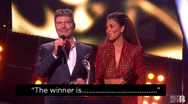 10. Ve Sunucu Cowell, kazanan ismi söylemek için neredeyse 134 yıl konukları bekleterek herkesin sinir krizi geçirmesine neden oldu.