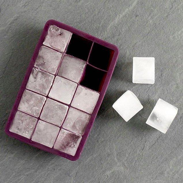 15. O beyaz buz kalıpları gözünüzün önüne geldi değil mi? İçinden buz çıkarmanın oldukça zor olduğu beyaz buz kalıpları yerine daha pratik olanlardan kullanabilirsiniz.