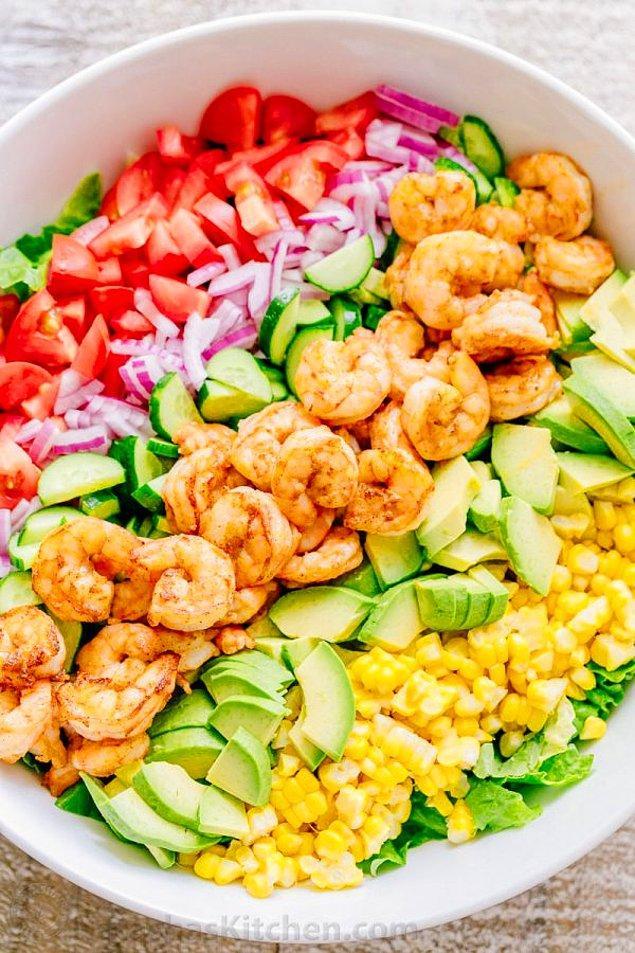 3. Bu salatanın içine sadece üç beş karides serpiştirmedik, çok daha fazlası var!