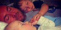 İki Erkek Çocuğuna İyi Örnek Olsun Diye Eski Eşinin Doğum Gününü Kutlayan Süper Baba!