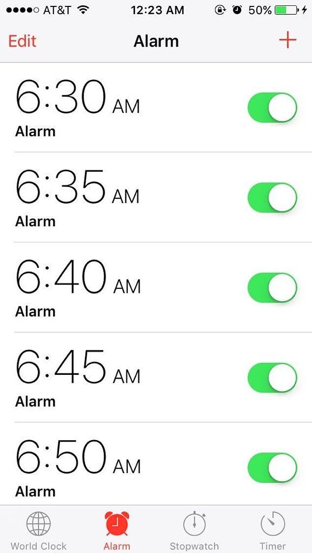 6. Her sabah için yaklaşık 10 ayrı alarm kurarsın böylece güne 1 saat yatakta uzanmış olarak başlarsın. 😂