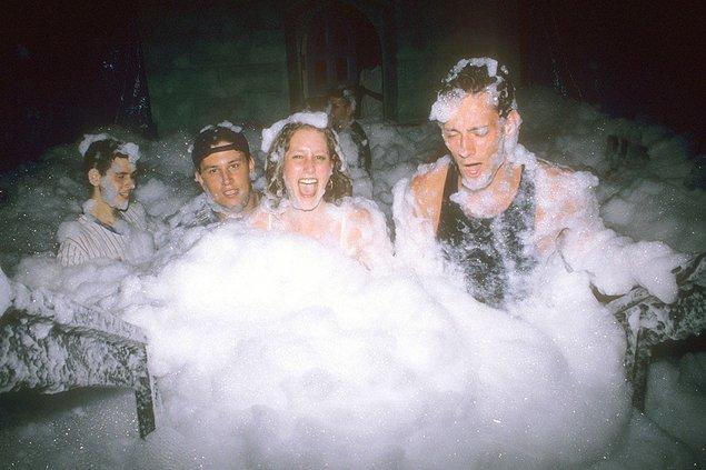 5. Limelight'ta bir grup genç köpük partisinde, 1995.
