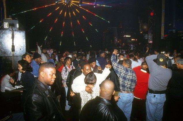 12. Kalabalık, Club Expo'da bir partide dans ederken, 1995.