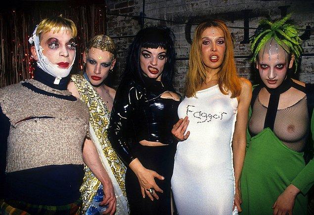 19. Kulüp çocukları Michael Alig, Richie Rich, Nina Hagen, Sophia Lamar, ve Jenny Talia Tunnel Club'da poz verirken, 1993.
