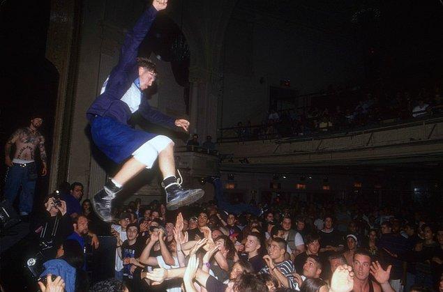 23. 1993 yılında bilinmeyen bir konser mekanında genç bir adam kalabalığa atlarken.