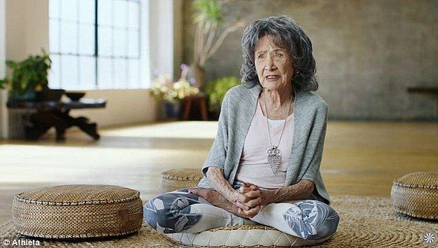1. 98 yaşındaki Tao Porchon-Lynch, 75 yıldır insanlara yoga öğretebilmek için her sabah saat 5'te uyanıyor.