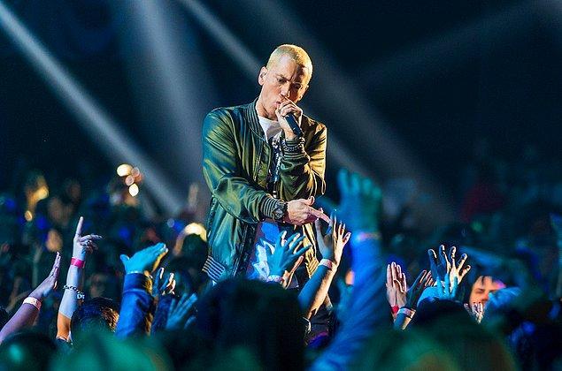 """11. Tüm rap sanatçıları altınlar pırlantalar ve pahalı arabalarla gezerken, sade yaşamayı tercih eden Eminem'e de """"cimri"""" etiketi düşüyor."""