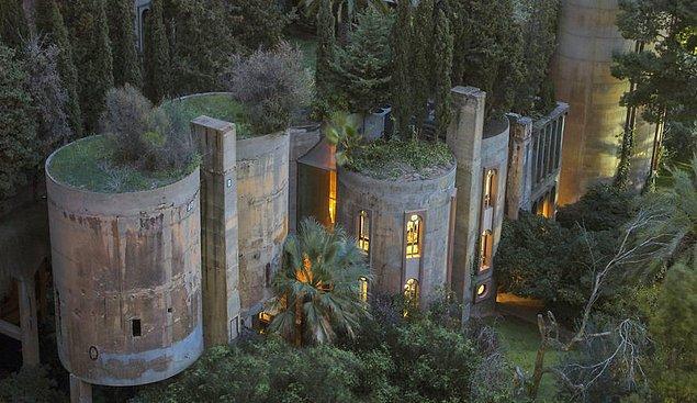 İspanyol mimar Ricardo Bofill, Birinci Dünya Savaşı'ndan kalma bu çimento fabrikasını satın aldığında takvimler 1973'ü gösteriyordu.