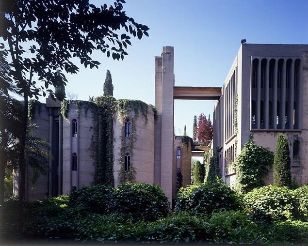 Fabrika Barcelona'nın hemen dışında bir tepede bulunuyordu.