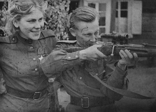 Roza, Sovyetler Birliğinin ilk kadın sniper'ıydı ve 3. Belarus cephesindeki başarıları nedeniyle onur madalyasıyla layık görüldü.