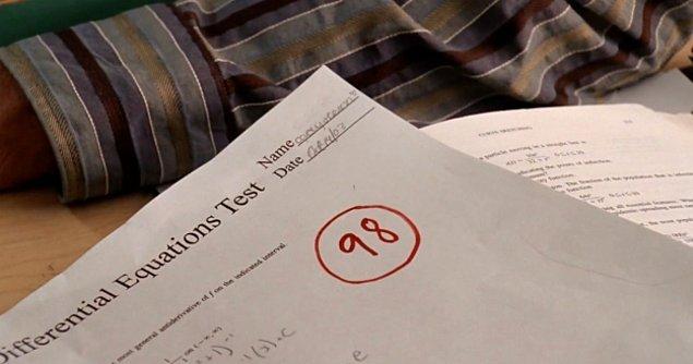 4. Belki bir hata olabilir ancak Cady'nin sınav kağıdındaki tarihi görüyor musunuz? 14 Ekim yazıyor. Ama biz Bayan Norbury'nin kağıtları yetenek gösterisinden, yani 27 Kasım'dan sonra dağıttığını biliyoruz.
